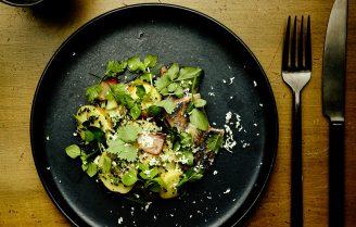 Aardappelsalade met haring en wilde kruiden