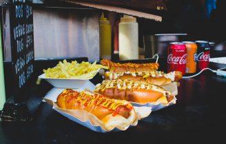 Hotdogs om je vingers bij op te eten