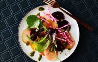 Vegan carpaccio van bieten met pistachepesto