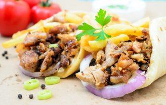 Griekse kip gyros met tzatziki saus en pitabroodjes
