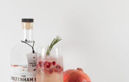 Kruidige granaatappel gin om de kerstdagen te overleven