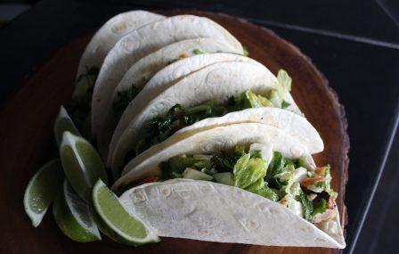Last minute mini taco's met kip & pittige jalapeño topping