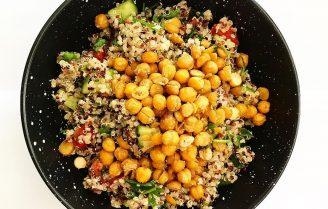 Quinoa salade met kikkererwten en fetakaas