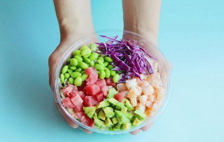 Poké bowl met garnaal en verse groenten