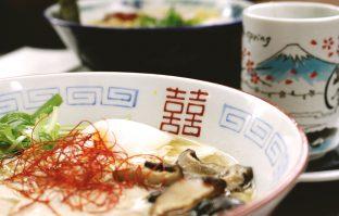 Gestoomde vis in soja en gember-saus met paddenstoelen
