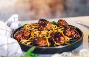 Zoet-pittige noodles met varkensgehakt, chili en basilicum