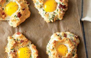 """Low carb ontbijtje: ei """"pizzaatjes' met bacon en pecorino"""