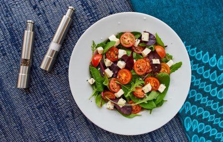 Griekse salade met feta, olijven & cherrytomaatjes