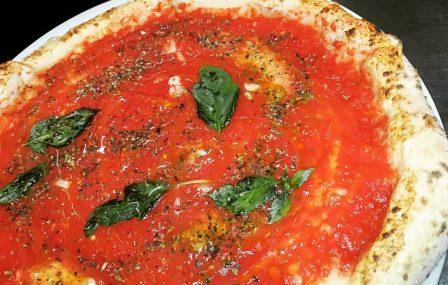 Zelfgemaakte pizza Marinara