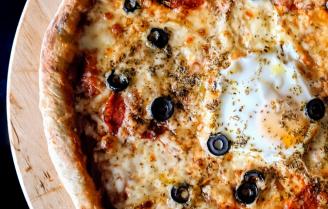Deep dish pizza met Sweet Heat Hot Honey